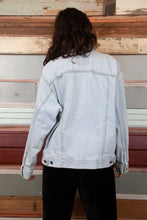 Load image into Gallery viewer, model wearing Levi's jacket, magichollow