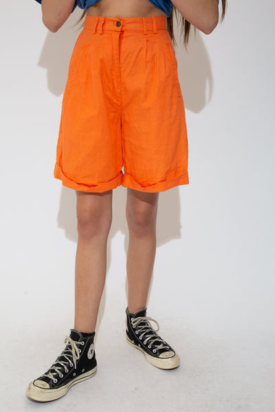 High waisted shorts with a mid-length fit, pleated design, folded bottoms, double belt loops, pockets and a closing button and zip.