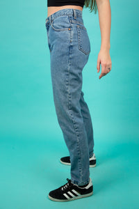 These jeans are a Mid-Wash blue with brown stitching and straight legs. With a brown leather 'Calvin Klein' plaque at the back and branding on the pocket and button, these pants are a lucky find.