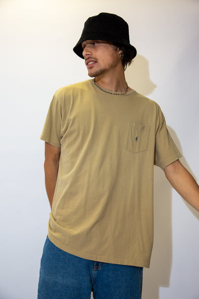 Rock some neutrals in this tortilla brown tee! In an easy everyday crew-neck style with single-stitching, this tee has an olive-coloured embroidered Ralph Lauren logo on the left chest pocket.