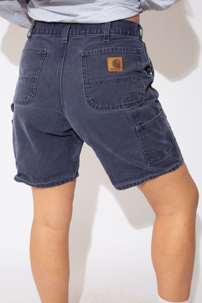 These faded indigo shorts are midi-length with pockets on the front, back and side. Finished off with carpenter straps on the sides and brown leather branding on the back.