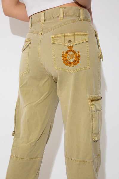 Model wearing Wrangler cargo pants, magichollow