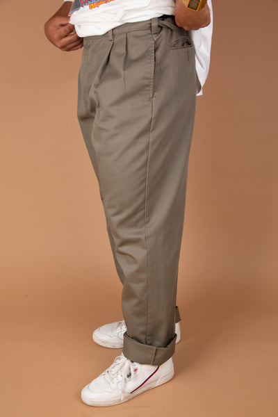 Grey pleated Tommy Hilfiger pants in baggy to tapered fit. magichollow