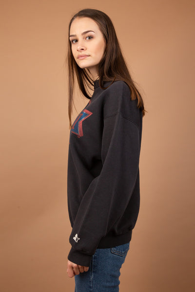 This jumper is faded black with a red and blue print of the Super Bowl logo and XXVI across the front. Starter logo on the left sleeve. Play the field in this jumper with a pair of ripped jeans and some killer kicks.