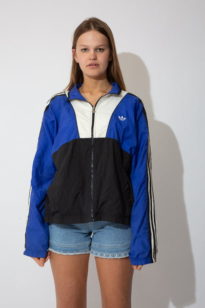 adidas jacket in a black and white colour-way. small embroidered adidas logo on the left side of the chest. 90s vintage. magichollow.