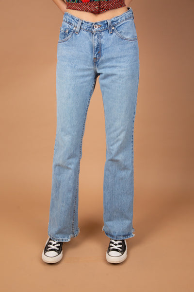 These Levi Strauss SilverTabs are light-wash with a flared leg fit. With light brown stitching and a black SilverTab label, these jeans are a wardrobe essential.