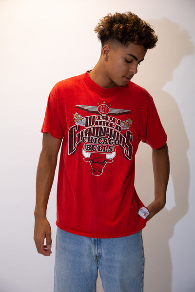the model wears a red tee with a chicago bulls graphic on the front