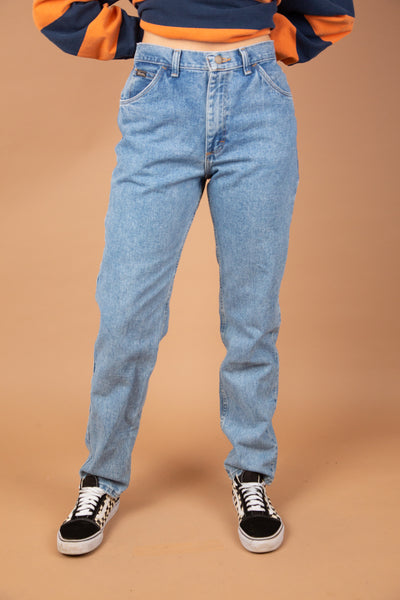 model wearing wrangler jeans, magichollow