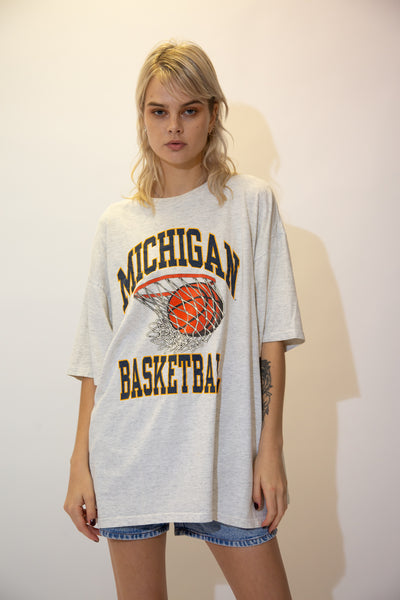 Grey in colour, this single stitch tee has a large navy 'Michigan Basketball' spell-out across the front with a basketball hoop print in the middle.