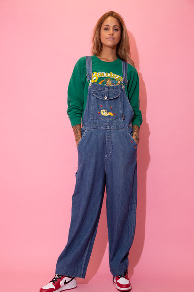 Mid-wash blue, these dungarees have a large Tweety appliqué on the front pocket and embroidered flowers front the left pocket. With plenty of pockets, a carpenter strap and Looney Tunes branded buttons