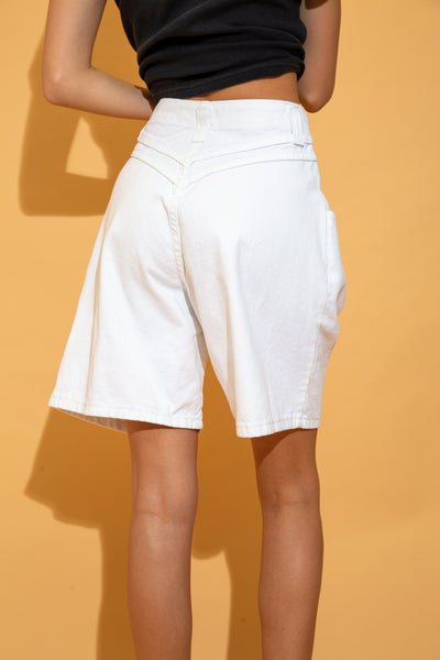 White in colour with a tailored waistline and flowy leg design. Finished off with front pockets, belt loops and branding on the right pocket and button.
