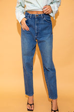 Load image into Gallery viewer, the model wears dark wash relaxed fit jeans