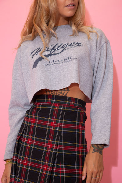 Grey in colour, this sweater has a navy cursive 'Hilfiger' spell-out outlined in white. Finished off with a lil Tommy Hilfiger tag on the back, this cropped sweater would look sick with dark wash jeans and Airforce 1s for a laidback fit!