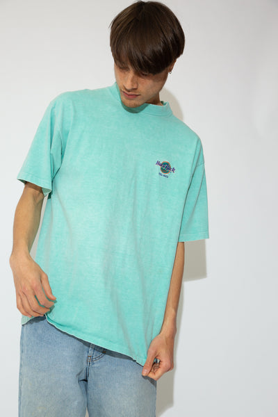 This mint green tee has a boxy, oversized fit and the Hard Rock Cafe logo embroidered on the left chest. Repping Tel-Aviv, this tee is a vintage must-have.