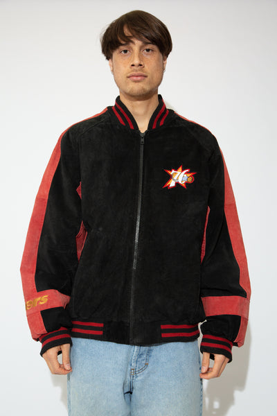 This 76ers jacket has a suede leather outer shell in red and black, with a comfy inner lining. Finished off with striped cuffs, waistline and collar and Philadelphia 76ers branding on the left chest, right sleeve and back of the jacket.