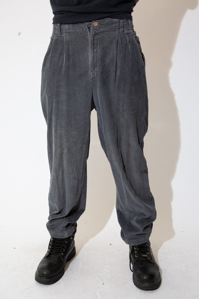 Super soft and super cool, these corduroy pants are grey in colour and are in a straight leg fit. Finished off with belt loops, a tailored waist and Dockers branding on the back below the waistline