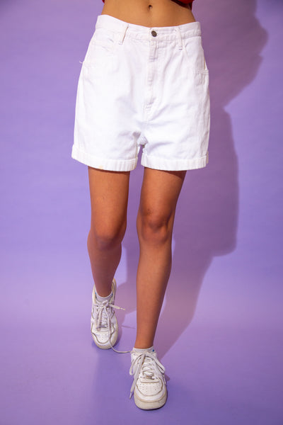 White in colour, these denim shorts have folded rims, belt loops, pockets and a branded button.