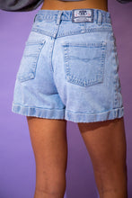 Load image into Gallery viewer, the model wears light blue wash denim shorts
