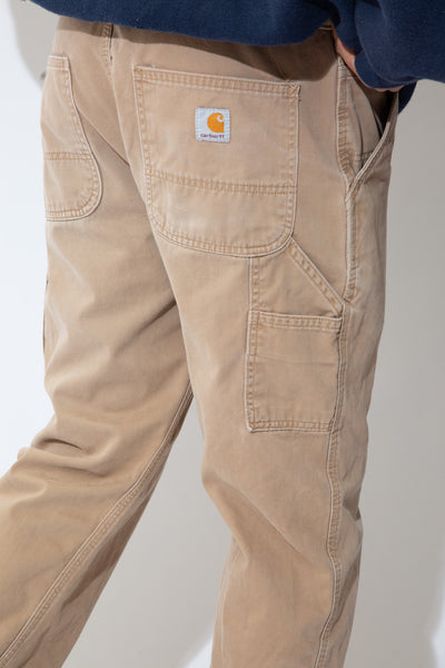 Light brown in colour, these pants are in a straight leg fit with matching brown stitching, belt loops, plenty of pockets, a carpenter strap and Carhartt branding on the buttoned back pocket.