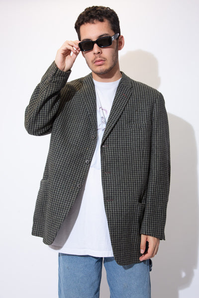 Get ready for the winter months in the must-have Boston Coat! Thick and cosy, this wool-like coat has a three button closure, large pockets and an allover checkered pattern. With its timeless, classic style