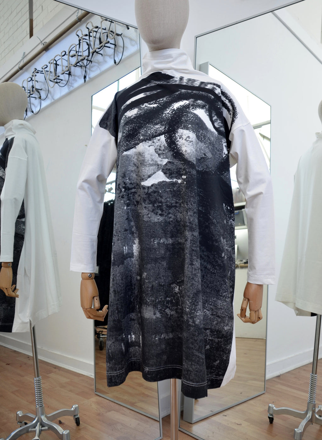 Moyuru White Cotton Funnel Neck Top Black Print Art Number 183036