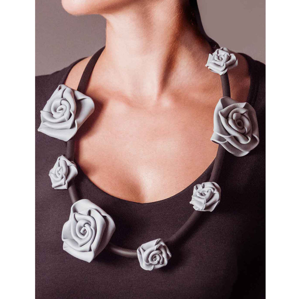Neo 436 Pearl Grey/Black Rose Necklace