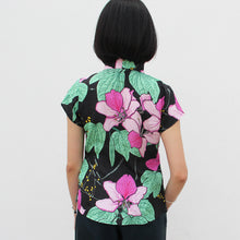 Load image into Gallery viewer, Overall printed Silk Mui Jai Top (Bauhinia/Black)