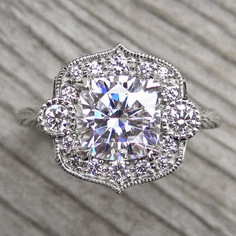 <center><strong>・SADIE・</strong><br></center>Cushion Moissanite, Diamond Halo (2ct)