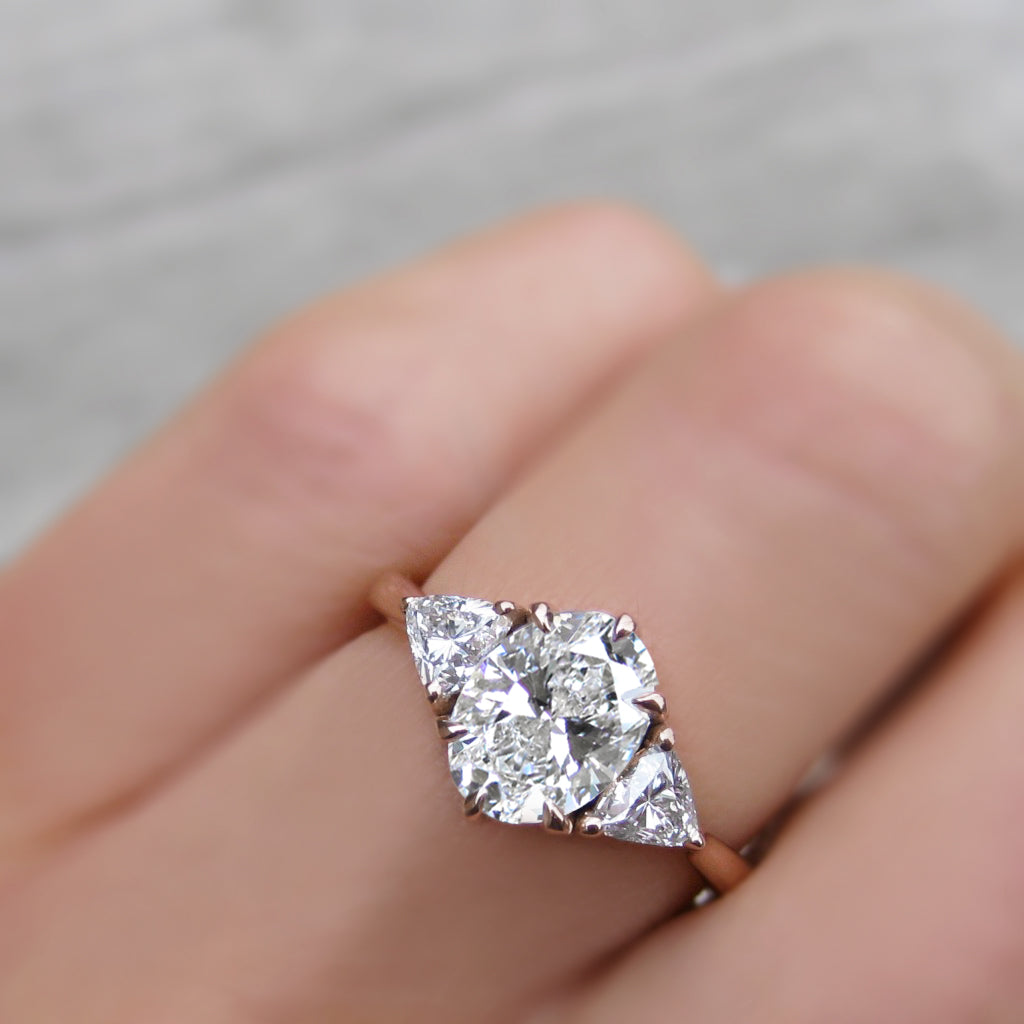 <center><strong>・JUNO・</strong><br></center>Oval Lab-Grown Diamond Center (VVS2/F), Trillion Diamonds (1.47ctw)