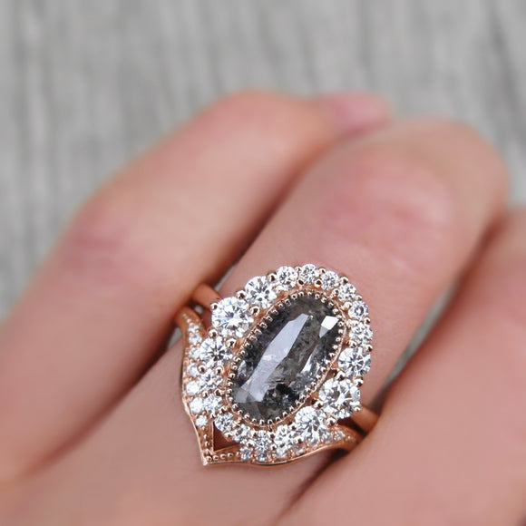 <center><strong>・VALENTINA・</strong><br></center>Salt + Pepper Rose Cut Diamond Halo Ring & V-Band