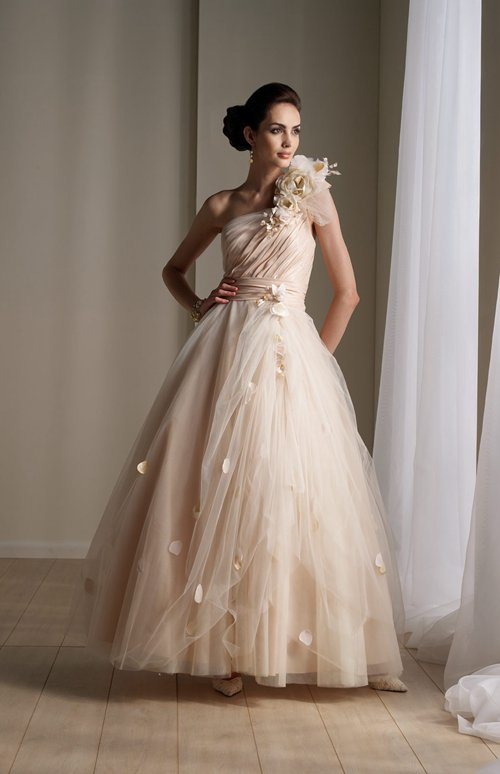 Gorgeous Asymmetric Neckline Wedding Dress. Style Code: 08866. US$219.00