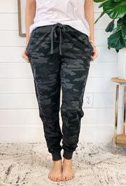 Z SUPPLY Camo Pant in Dark Charcoal, grey and black camo drawstring joggers