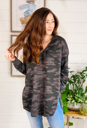 Z SUPPLY Dusty Camo V-Neck Weekender in Dark Charcoal, black and gray camo weekender pullover with side slit