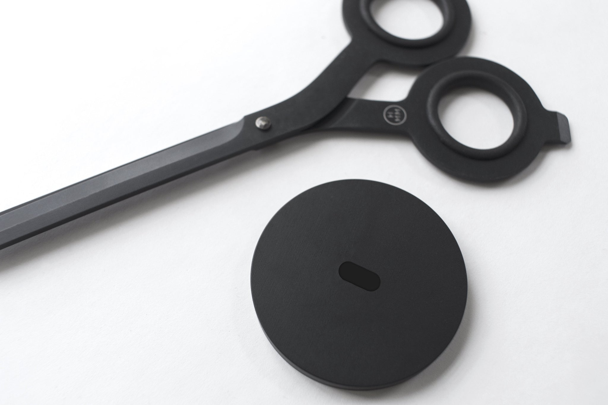 Hmm - Scissors with Base (Black)