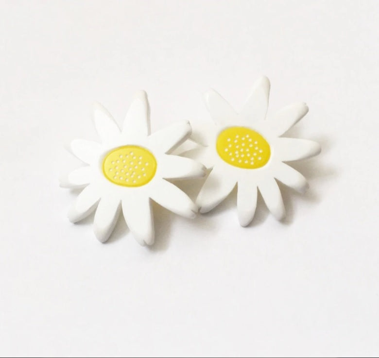 Daisy Stud Earrings in Yellow/White