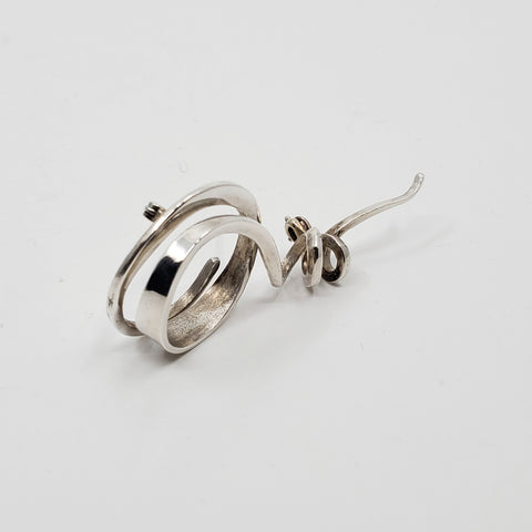 A playful hand forged sterling silver brooch in sterling silver. 6 x 3 x 1 cm.