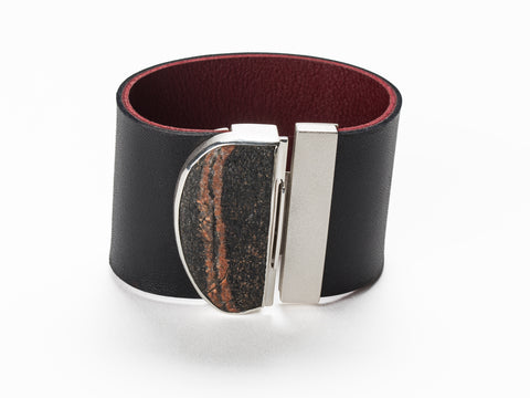 Wide leather band bracelet with a large pebble clasp in sterling silver, 18 x 4.5 x 1 cm