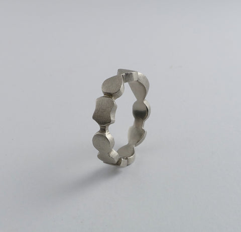 14k white gold  'abstract flat' ring. size 7.