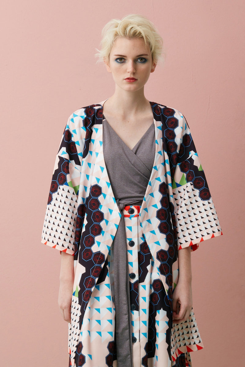Made of lightweight Tencel with our limited edition Singapore Food Series – Cream Chilli Crab print, this Midi Kimono Jacket is free-flowing with soft drapes and is marked by a loose, unstructured fit that makes it versatile to layer.  Pair it with slim fit jeans, body-con maxi, or slip over our sleeveless dresses to achieve our signature layering and soft draped silhouette.