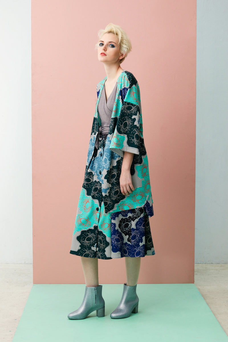 Made of lightweight Tencel with our limited edition Singapore Food Series – Mint Chilli Crab print, this Midi Kimono Jacket is free-flowing with soft drapes and is marked by a loose, unstructured fit that makes it versatile to layer.  Pair it with slim fit jeans, body-con maxi, or slip over our sleeveless dresses to achieve our signature layering and soft draped silhouette.