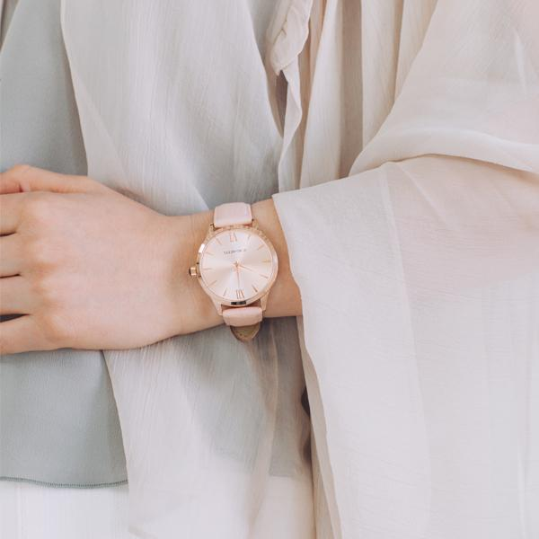 Classic round rose gold watch with blush sustainable leather band