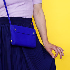 leather handbag kobalt - picture Renske Versluijs - model Winde Rienstra