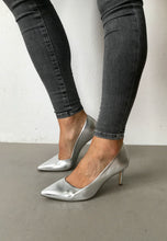 Load image into Gallery viewer, silver court shoes