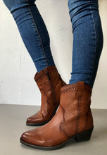 Load image into Gallery viewer, womens brown cowboy boots