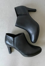 Load image into Gallery viewer, black ankle boots clarks