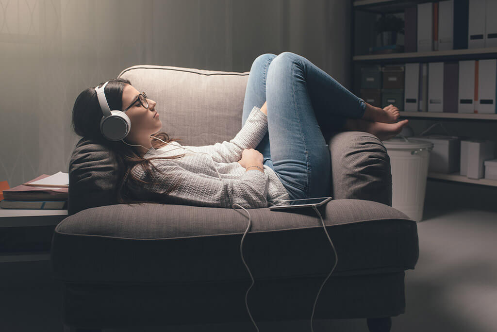 girl on the couch listening to music