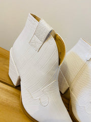 STEP OUT ANKLE BOOTS IN WHITE