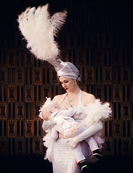 Working women breastfeeding. Tara Ruby Photography feature. Breastfeeding awareness. showgirl breastfeeding