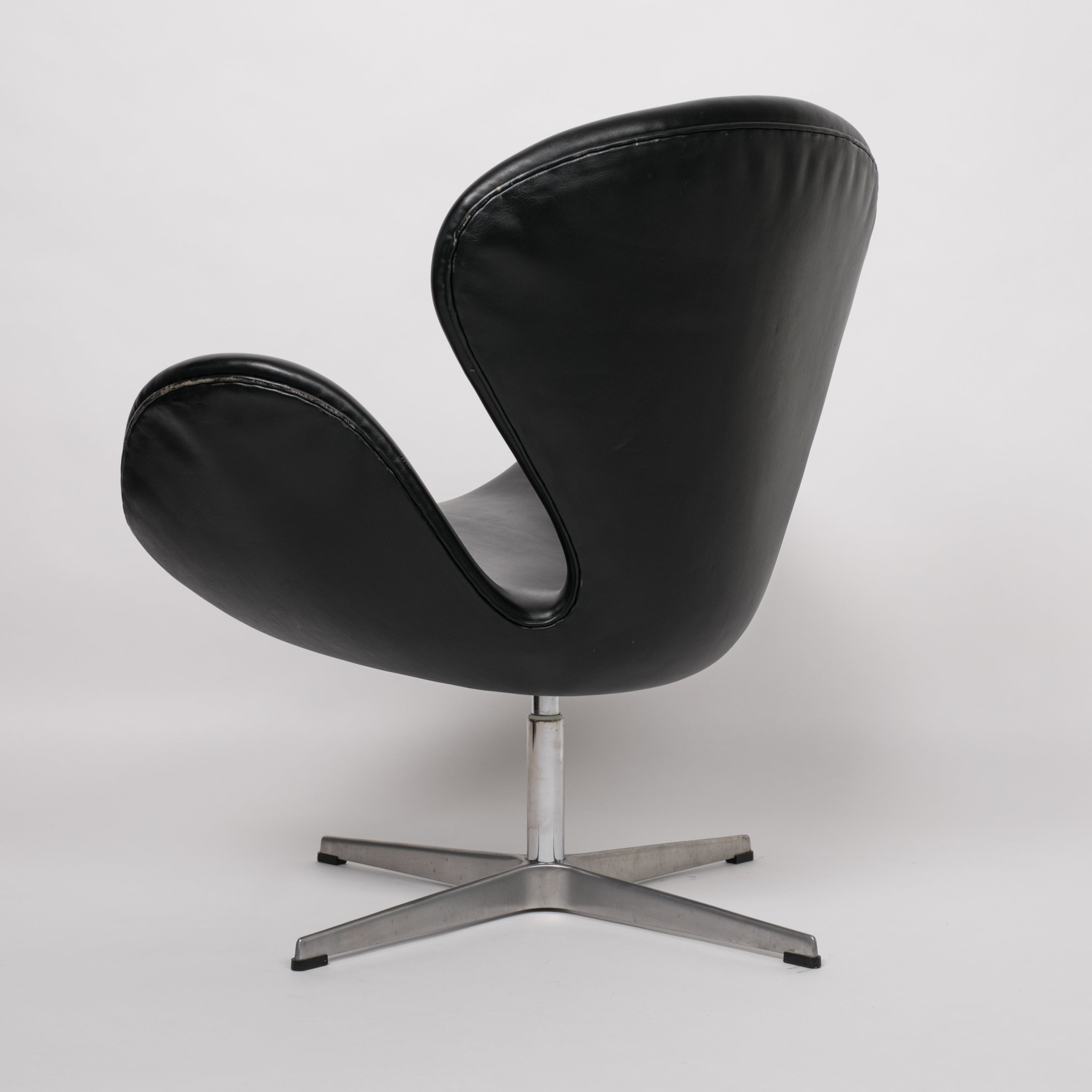 Arne Jacobsen Swan Chair In Black Leather Den Møbler