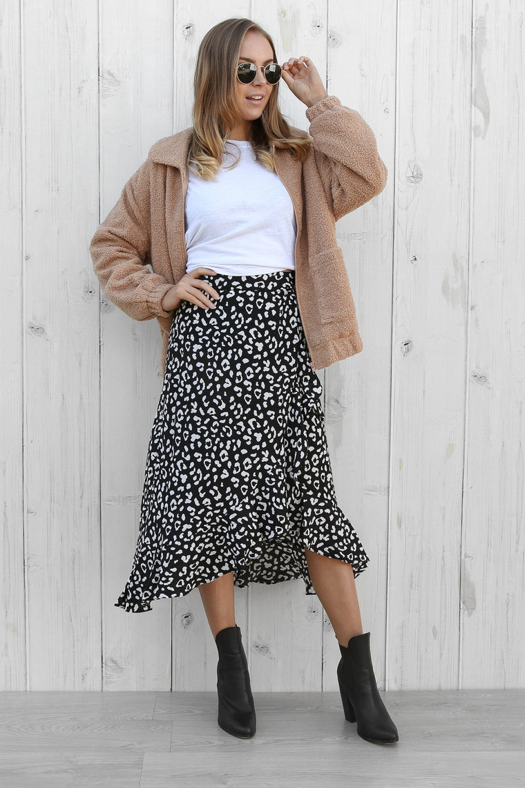 promises wrap skirt in black/white